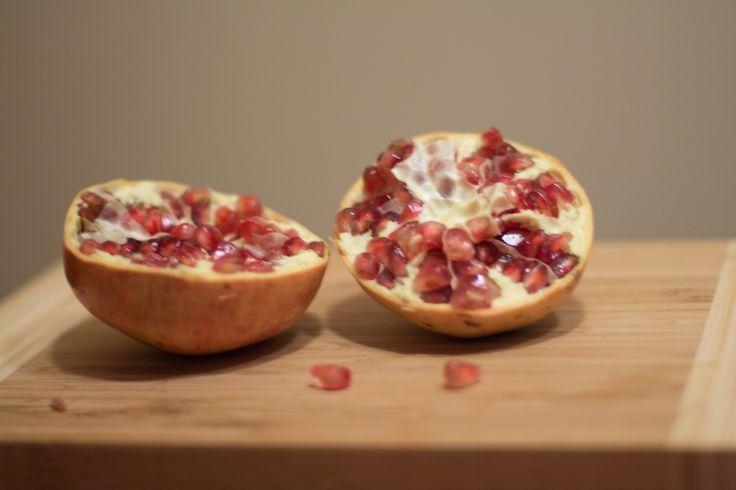 Jak szybko obrać owoc granatu?   How to deseed a pomegranate? justineyes.com #granat #owocgranatu   #pomegranate #pomegranateseeds