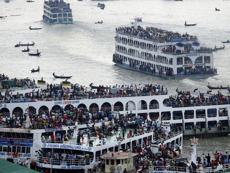 Woensdag 7 augustus: Veerponden varen overvol af en aan in Bangladesh. Voor de moslims is de Ramadan ten einde gekomen en wereldwijd reizen ze massaal naar huis om het Suikerfeest te vieren.