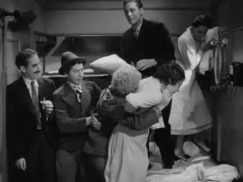 La genial escena del camarote de Una noche en la ópera (1935) / dirigida por Sam Wood y guión de George S. Kaurman & Morrie Rysking. Los Hermanos Marx: Groucho Marx, Harpo Marx, Chico Marx.