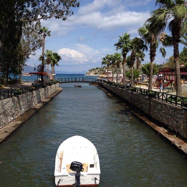 På billedet ser man den smukke udsigt, der er, når man står på en af de mange broer der er over Turunc's kanaler. Du kan læse mere im Turunc her: www.apollorejser.dk/rejser/europa/tyrkiet/turunc