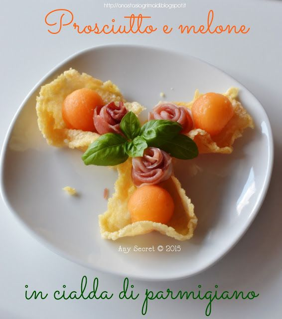 Un croccante finger-food: prosciutto e melone in ciada di parmigiano