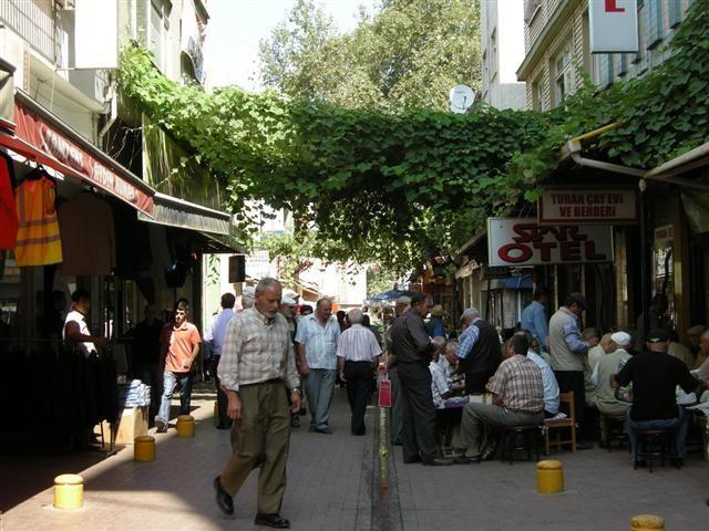 Samsun ili eski kentte sokak manzarası-GELENEKLER VE TÖRELER  Halkı oldukça dindar olan Sam-sun'da, çeşitli batıl inançlara da rast-lanır. Din ulularının türbeleri ve mezar-ları, halk için adak yeri, ziyaretgâh du-rumundadır. Seyyid Kudbeddin, İsa Baba, Kılıç Dede, Şeyh Cüneyd Türbesi bunların başlıcalarıdır. Yörede yağmur duasına çıkmadan önce Şeyh Cüneyd Türbesi'nde kurban kesilir, dua edilir.   DÜĞÜN, DOĞUM VE ÖLÜM GELENEKLERİ Günümüzde yörede kız ve erkekler, eşlerini kendileri seçer…