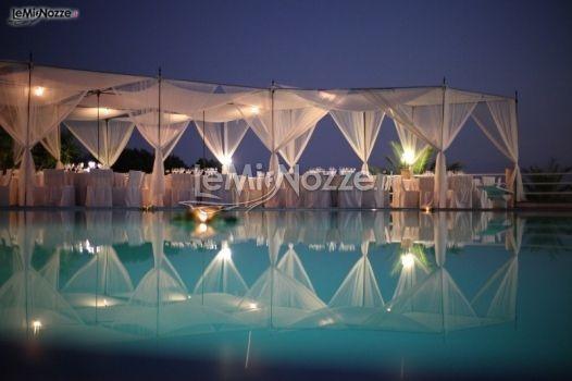 http://www.lemienozze.it/gallerie/foto-fiori-e-allestimenti-matrimonio/img2352.html  Organizzazione matrimonio a bordo piscina