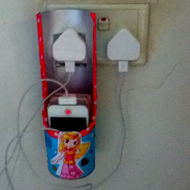 iPhone charging station via Pringles can