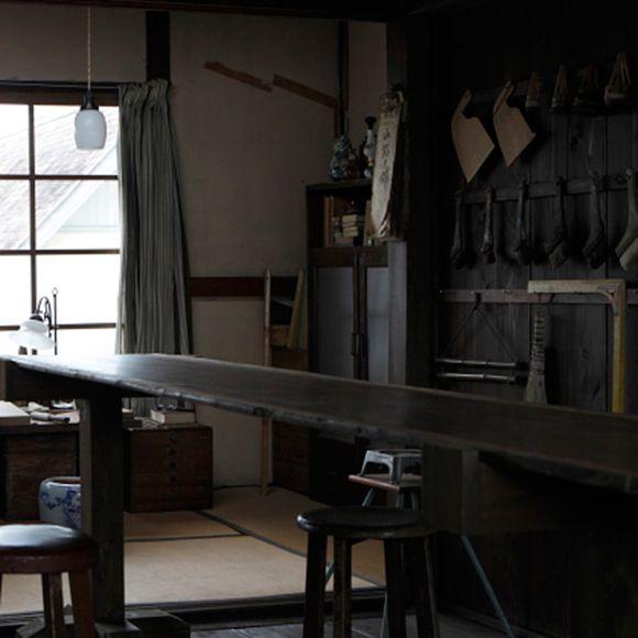 今回取り上げたのは、仕事場を兼ねた古き良き昭和の住まい。ひと目で昭和とわかる空間づくりの秘訣をご紹介しています。