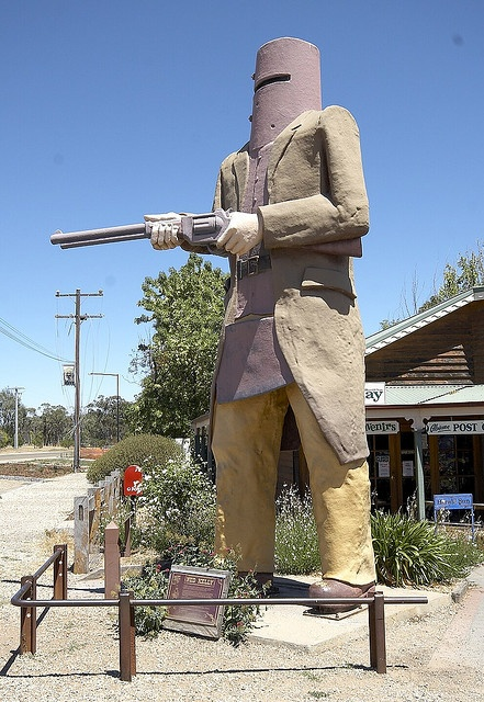 Ned Kelly was a bush ranger who roamed the north east of Victoria in the 19th century. His gang was cornered and then captured in this town. Ned was hung later at the Melbourne Goal. Statue in Gelnrowan. #AustraliaItsBig