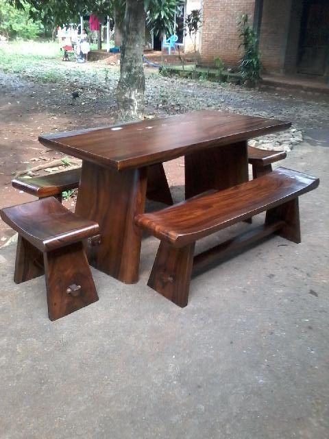 Kode : JA-UM009b  Nama : Set Meja Makan Sate 2  Set Meja Makan dari kayu Meh / Trembesi dengan desain minimalis , terbuat dari kayu utuh dengan ketebalan antar 6-10 cm. Meja makan ini terdiri dari satu meja ,2 bangku dan 2 kursi / stool dengan uk