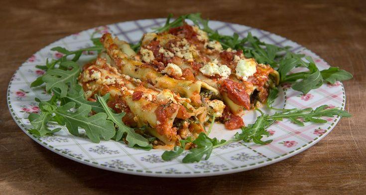 Κανελόνια με σπανάκι από τον Άκη Πετρετζίκη. Φτιάξτε τα αγαπημένα σας κανελόνια με σπανάκι, φέτα και κόκκινη σάλτσα ντομάτας! Ιδανικό και νόστιμο γεύμα!