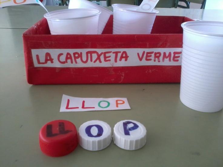 confegim els personatges de contes amb taps,  guardem cada nom dins de pots de plàstic i tots els pots dins d'una capsa