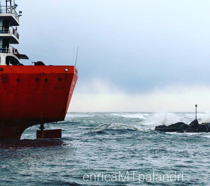 Nave Mercantile incagliata, libeccio, ai Tre Ponti Livorno, venerdì 13 gennaio 2017