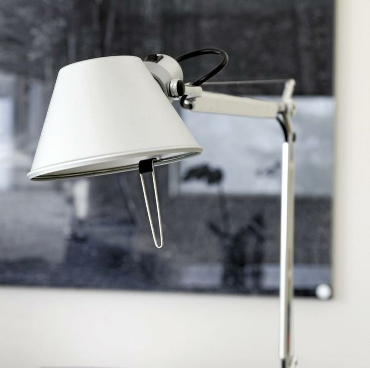 Den italienske klassikeren Tolomeo fra 1987 gjør jobben både som leselampe og kontorlampe.