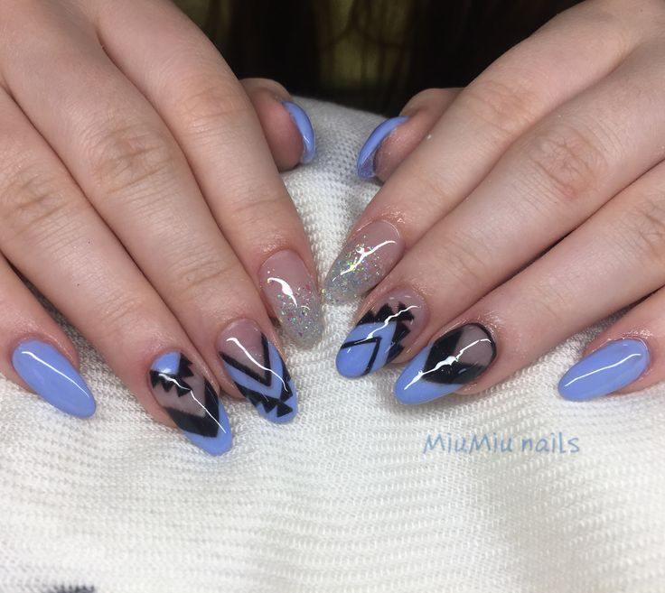 Blue gelnails with painted design