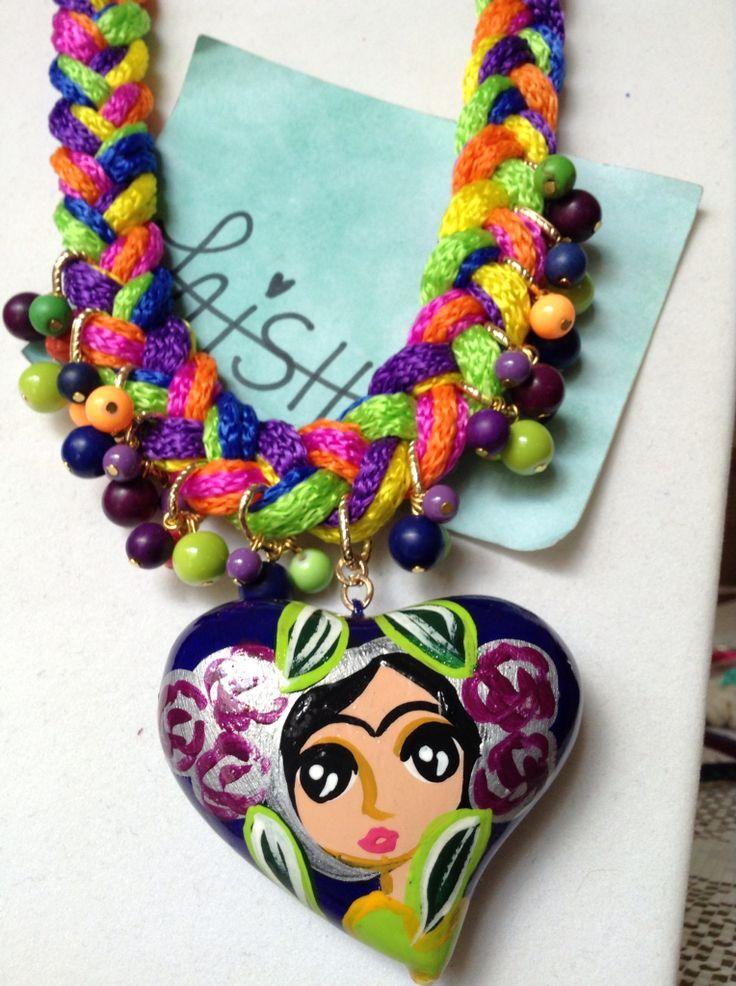 Collar tejido multicolores corazón de cerámica pintado a