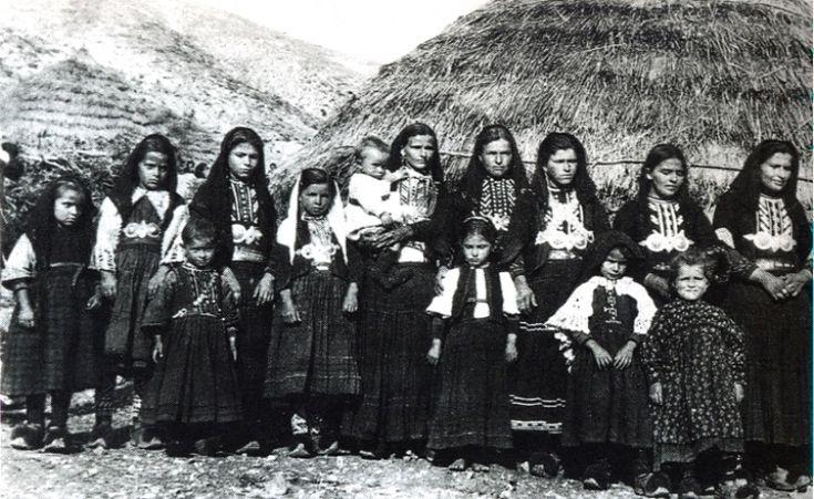 Σαρακατσάνες: Γυναίκες και τσούπρες, Μιτσικέλι-Καλωτά Ιωαννίνων, Αύγουστος 1922. Αγγελική Χατζημιχάλη. Σαρακατσάνοι.  http://sarakatsanoi.blogspot.gr