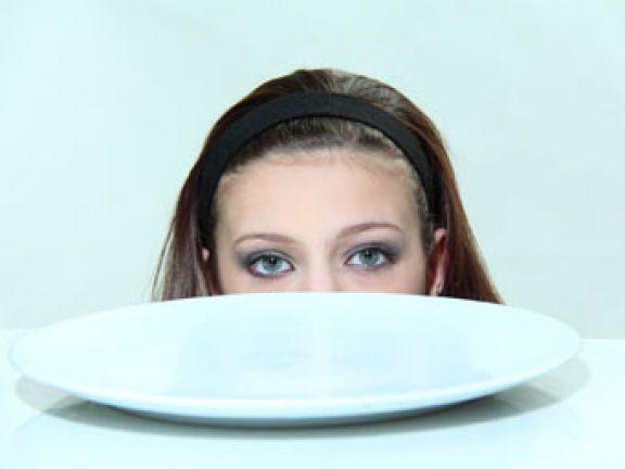 Stimmt es, dass viele Eltern Essstörungen bei Kindern ignorieren? EAT SMARTER klärt auf.
