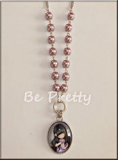 Colar comprido com medalhão Gorgeous em tons lilás e pérolas de vidro lilás.