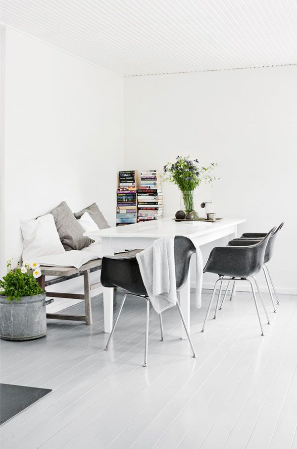 This lovely Scandinavian summer cottage belongs to Tine K, who is the owner of the Danish home decor company with the same name. So it is no wonder that the summer house is decorated, in a simply yet