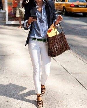 青・ブルーシャツと白パンツと黒ジャケットコーディネート