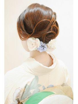 お水系でもこのような崩し方のヘアスタイルを成人式ですれば、少女から大人の女へと変貌できます。お花が可愛らしさを醸し出しています。