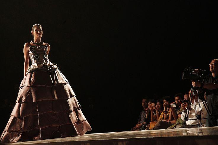 """Arthropiens"" insect inspired by Anita Natalia on catwalk. Graduation Fashion Show, Jakarta 2014"