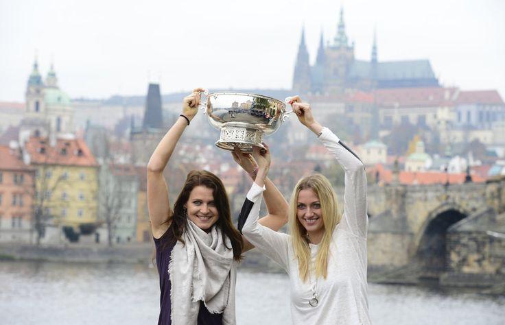 GALERIE: Šampionky s pohárem. Kvitová, Šafářová a spol. pózovaly v centru Prahy | FOTO 2 | iSport.cz