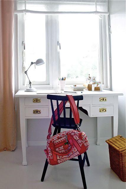 Skrivbord framför fönster. http://studiokarin.blogspot.se