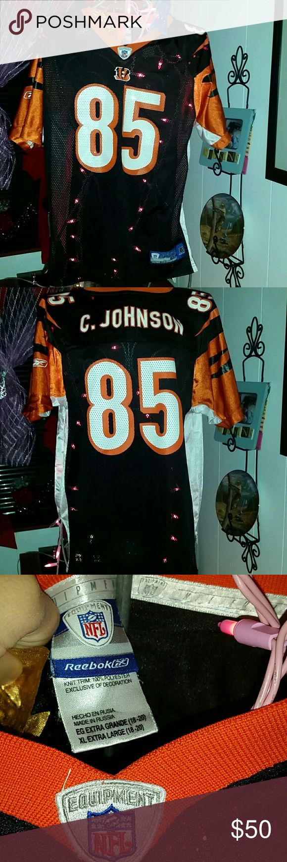 Authentic Ocho Rios football jersey euc NFL reebok 85 C. Johnson otherwise known as Ocho cinco. Collectors jersey. It's an xlarge but seems more like a large. But idk,these kinda things stretch. That's me in last pic to give an idea. I'm in a small and these are pjs on me but I cd def get away with wearing out. nfl Shirts