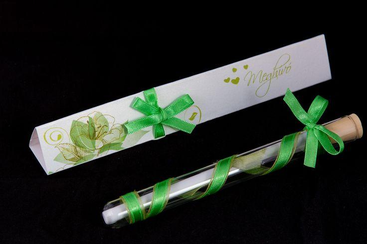 Zöld színű szalaggal díszített esküvői meghívó_ message in bottle wedding invitation