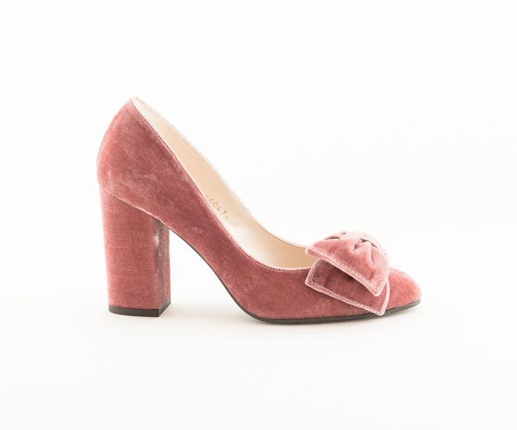 Zapato Lodi Kimberly color rosa de punta redondeada con detalle de lazo zapatero y tacón ancho de 9 cm.  Realizado en antede máxima calidad.  Ideal para novia e invitada.  Nuevo modelo exclusivo de Love Story.