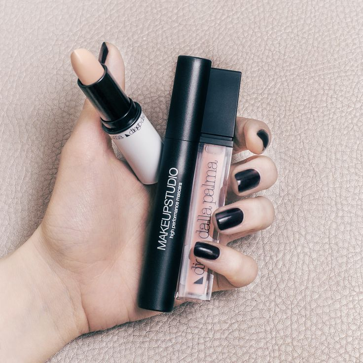 When you're late: cover stick, nude lipgloss and mascara. #diegodallapalma #makeup #instamakeup #beauty #instabeauty #motd #nails #eyecircles #beautycare