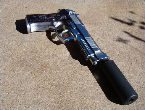 esta seria mi pistola mata zombie una beretta 9mm con silenciador