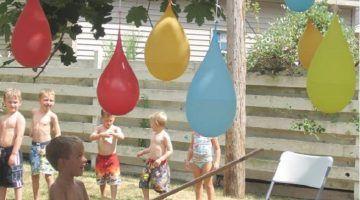 Ballonnen vullen met water en ophangen in de tuin aan boom of lang touw.