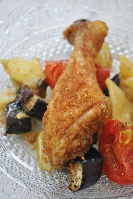 Cosce di pollo: impanate e mangiate! Ingredienti: per 4 persone 4 cosce di pollo (o sovracosce se preferite) 2 fogli di pane carasau 1 pomodoro secco 2 melanzane lunghe 1 cipolla di Tropea olio evo sale origano secco 4 patate novelle 4 pomodori San Marzano