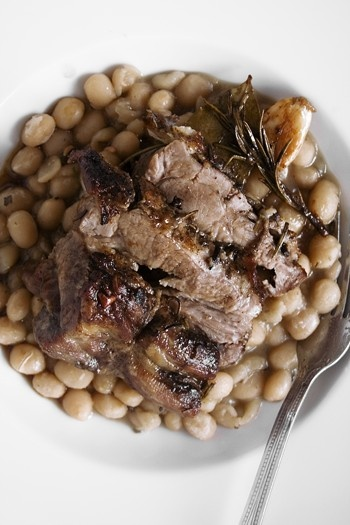 Spalla di maiale arrosto su zuppa di fagioli di Controne