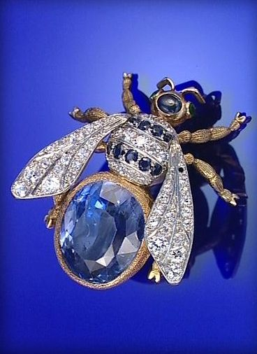GOLD, SAPPHIRE, EMERALD AND DIAMOND BEE BROOCH, EARLY 20TH CENTURY.