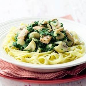 Tagliatelle met spinazie-zalmsaus  Kook de tagliatelle volgens de aanwijzingen op de verpakking. Fruit in een wok de uien 3 minuten in de olie. Schep de champignons erbij en roerbak 5 minuten tot de champignons vocht loslaten en dit is verdampt.....
