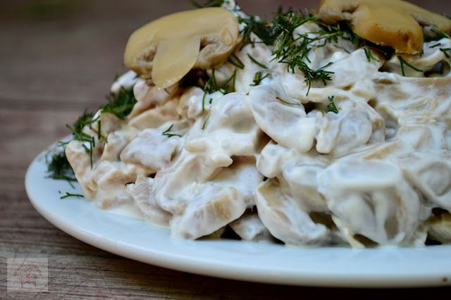 Salata de ciuperci cu smantana, maioneza si usturoi