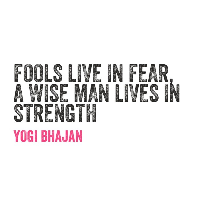 Głupi żyją w strachu, mądry, żyje w sile. Yogi Bhajan.