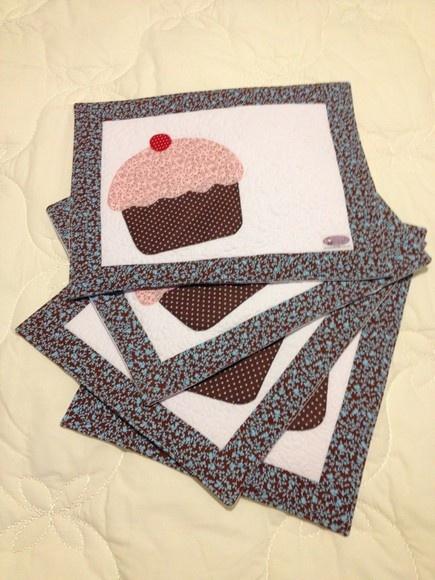 Jogo Americano Cup Cake 4 peças! Feito em tecido 100% algodão, manta resina e apliquê!!! Pode ser feito em outros motivoe e outras cores!!! Frete não incluso! R$120,00