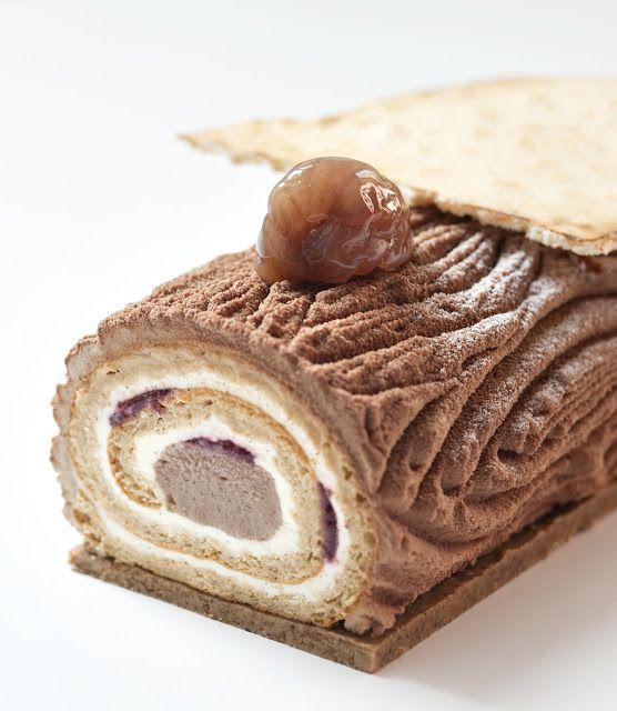 Noël 2013 - Bûche vintage aux marrons - Philippe Conticini - La Pâtisserie des Rêves. Biscuit dense, mélange crème à la vanille et marrons et griottes.