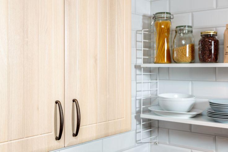 Klassisk stringhylla i ett modernt kök. Snyggt!