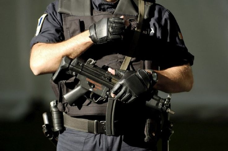 20 espingardas de assalto e dez pistolas que foram roubadas de uma base militar em Badajoz, Espanha
