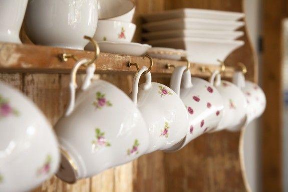 Das schöne Porzellan von Oma muss nicht im Schrank verstauben. In einem Regal werden die Blümchen-Tassen zur schönen Dekoration. #homestory #home #interior #accessoires #vintage #shabbychic
