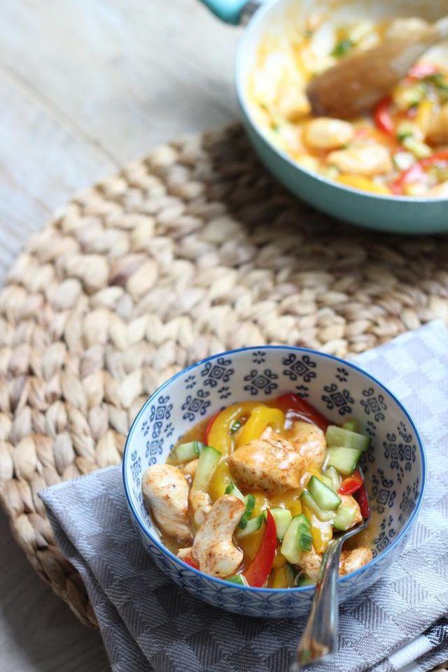 Vandaag delen we met jullie een recept voor zoete en pittige kip met paprika, geserveerd met (zilvervlies)rijst. Het is een super simpel recept dat binnen 20 tot 25 minuten op tafel staat. Het is ook