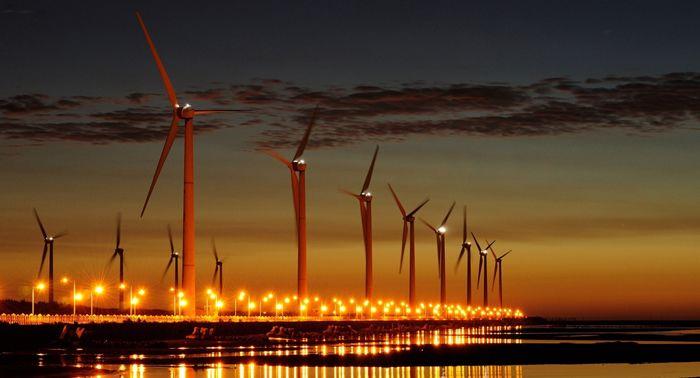 http://www.mesuttaskin.com/ruzgar-enerjisinden-elektrik-uretimi-289/   Rüzgar'dan elektrik üretmek için rüzgar türbinleri kullanılır. Türbinler pervaneleri sayesinde enerjiyi önce mekaniğe daha sonra elektrik enerjisine dönüştürür.
