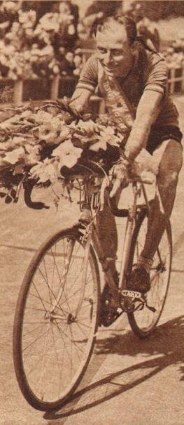Tour de France 1952. 4^Tappa, 28 giugno. Rouen > Roubaix. Nel glorioso Velodromo di Roubaix giro d'onore con fiori e fascia del vincitore per Pierre Molineris (1920-2009) [Le Miroir des Sports]