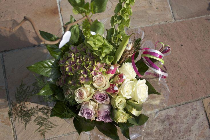 Modern groepsboeket, korenschoof gebonden met hortensia, calla's, moluccella en diverse rozen.