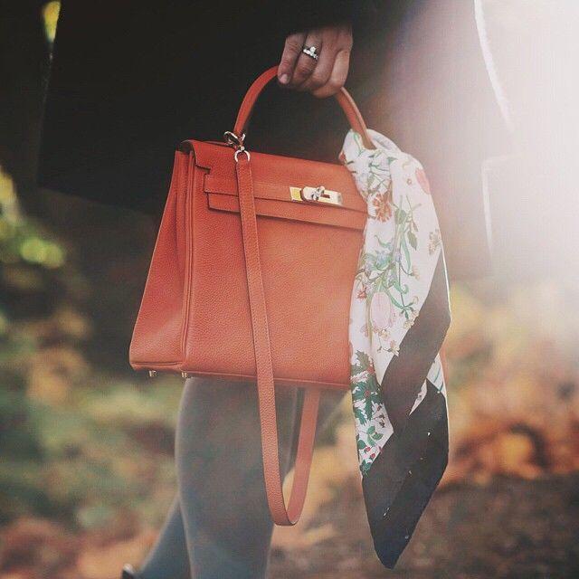 100716-1, 101223-6 Fashion og Vintage kampanje ligger nå ute på Blomqvist Nettauksjon. Vår fashionekspert @stineejohansen tok gladelig med en Hérmes Kelly ut i de fine høstfarger for noen bilder. Den, Gucci skjerfet og andre godbiter finner du på www.blomqvist.no #Hérmes #Gucci #Kelly #Fashion #Autumn #Classic #Style #blomqvist #blomqvistnettauksjon #instadaily #picoftheday