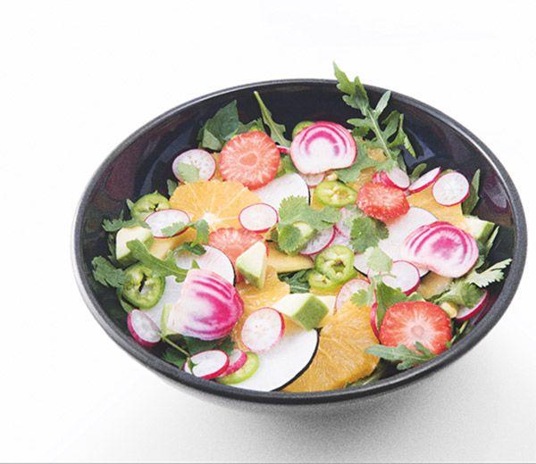 La recette d'une salade de fruits, légumes et herbes parfumées. L'ancien top model Estelle Lefébure la partage avec nous dans son livre Orahe – Ma méthode anti-âge (aux éditions Flammarion).