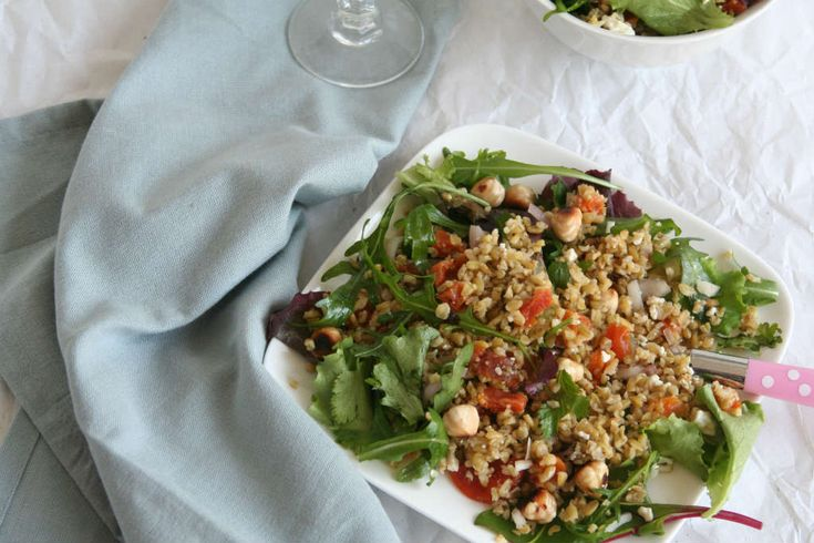 Freekeh salade met abrikozen, hazelnoten, sla en feta. Een heerlijke en gezonde vervanger voor rijst, quinoa, couscous of bulgur in een gezonde lunchsalade.